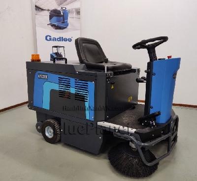 Xe quét rác công nghiệp GADLEE GTS 1200 - : 1hp x 2 24VDC - Motor hút bụi: 1 hp 24VDC - Dung tích thùng chứa bụi: 115L - Cân nặng: 300kg không ắc quy - Độ ồn: 68dB - Bình Ắc quy: 4 bình 6V 240Ah Sơ lược Xe quét rác Xe quét rác thực  hiện quét hút